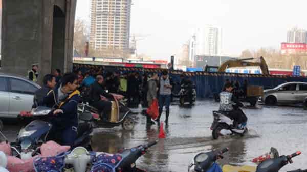 郑州路口水管爆裂,水深至膝
