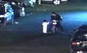 暖闻|2岁小孩寒夜走失,温州外卖小哥路遇后停车解衣守护