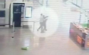 巴黎奥利机场抢枪事件监控公布:嫌疑人从背后突袭一名女兵