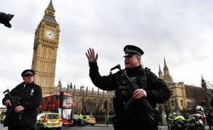 当地时间2017年3月22日,英国伦敦,英国威斯敏斯特议会大厦附近突发两起袭击事件,一起是威斯敏斯特桥上发生车辆冲撞行人;另一起是持刀歹徒攻击议会大厦执勤警察后被击毙。英国警方3月22日晚宣布,伦敦恐怖袭击死亡人数升至5人,另有约40人受伤。袭击发生后,议会大厦临时关闭,英国议会下院的会议暂停,英国警方封闭了伦敦议会大厦周边的街道。视觉中国 图