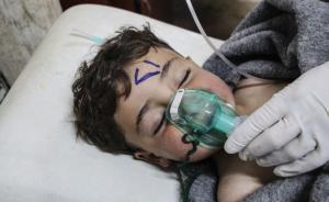 当地时间2017年4月4日,叙利亚伊德利卜城市Khan Shaykhun,一名儿童在遭到疑似毒气袭击后在医院接受治疗。4月4日,叙利亚人权观察组织称,多架战机周二疑向叙利亚西北部一个市镇投掷毒气,约四百人受伤,百名居民丧命,其中包括11名儿童。  东方IC 图