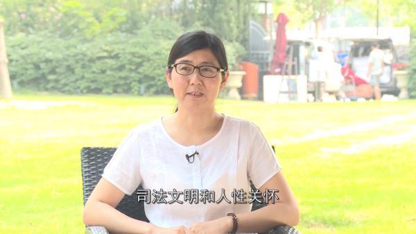 取保候审后的王宇接受媒体采访。