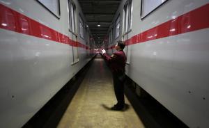 2017年4月29日4:13,梅陇基地内,首班车1号线机组人员在检查列车。  澎湃新闻记者 朱伟辉 图