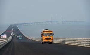 一辆运输沥青的工程车辆行驶在港珠澳大桥桥面上(4月29日摄)。