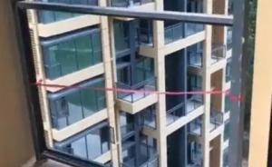 两岁女童随父母在新楼盘看房从10楼坠亡:阳台护栏没装玻璃