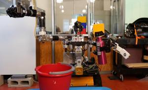 进化了?机器人甩开人类老师相互学习