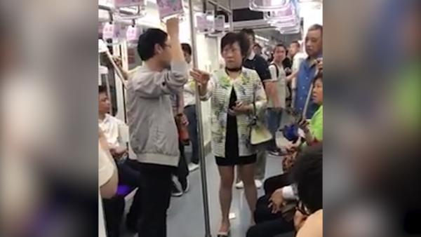 上海阿姨地铁内怒斥吐痰男子M