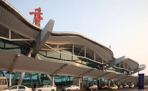 重庆机场12日晚两次遭无人机干扰致上百航班延误,警方介入