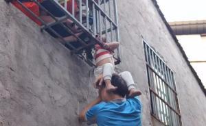暖闻 温州两快递哥托举救下离地三米高卡窗男童:见了都会救