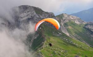 英国101岁老人高空跳伞破纪录,去年曾跳伞庆祝百岁生日