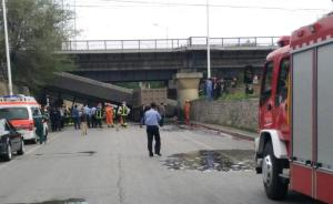 抚顺货车撞塌铁路桥,司机生死未卜