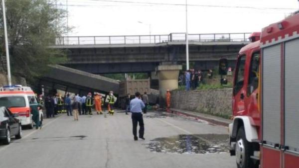 抚顺:载重货车撞塌铁路桥被砸桥下