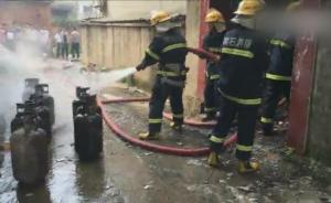 """消防员冲进火场抢出9枚""""炸弹"""""""