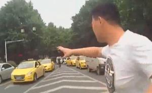 两司机抢道大打出手:防狼喷雾喷一脸