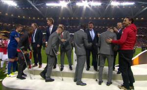 欧联杯决战救赎:曼联喜获欧战大满贯,众将拄拐捧杯