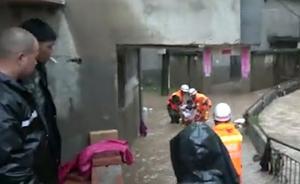 """福建遭暴雨袭击:消防员""""孤岛""""救孕妇"""