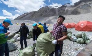 """珠峰""""登山污染""""怎么治,西藏村民6500米营地背垃圾"""
