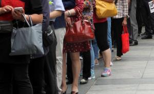 网红奶茶店被曝雇用数百人假排队,人员构成有讲究