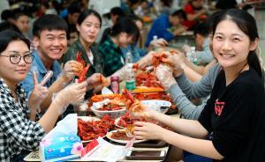 """2017年6月5日,南京航空航天大学,""""让母校留住你的胃""""第三届南航毕业季龙虾美食节在两校区食堂开幕,物美价廉、口味丰富的""""飞天小龙虾""""让师生排起了长队,排排坐,吃龙虾,让人直呼过瘾。 东方IC 图"""