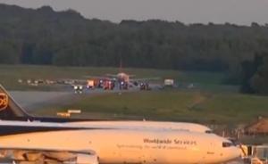 """一飞往英国航班紧急迫降三人被捕:乘客听到""""炸弹""""字眼举报"""