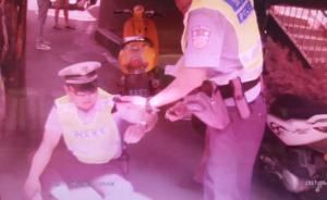 持C1驾照驾无牌无证摩托车,湖北襄阳一男子冲卡撞伤民警