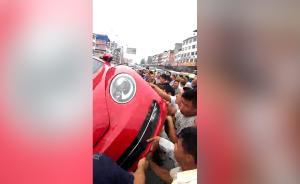 路人横穿马路遭车主殴打,群众掀翻车