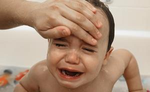 宝宝发烧手脚冰冷时不宜洗温水澡,高蛋白大补不可取