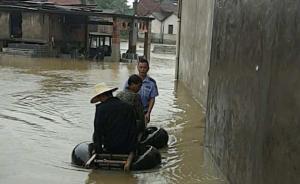 湖北黄冈民警用旧轮胎拼成救生船,大水中救出6名被困群众