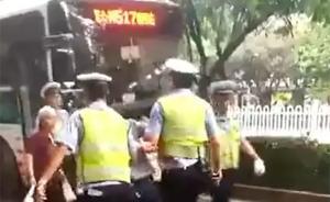 """襄阳警方回应""""快递员被打"""":不服处罚堵路泄愤,被强制带离"""
