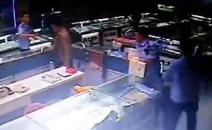 兰州商户疑因安装广告牌被城管围殴,官方:涉事人员停职调查