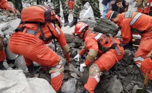 2017年6月25日,四川茂县山体垮塌救援继续,在现场东南角靠近松坪河一侧,生命探测仪再次响起。 视觉中国 图