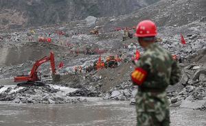 武警部队清理茂县滑坡体下方堰塞河道两侧,加快救援进度