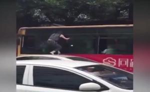 超车起争执,女司机爬车窗掌掴公交司机