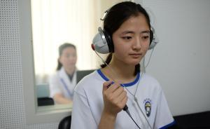 图为参加定选检测的女学生进行电听力检测。视觉中国 图