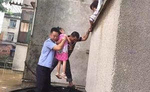 柳州12名学生被洪水围困无法期末考试,民警开冲锋舟接送