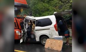 四川理县:五菱客车与卡车相撞8人死亡
