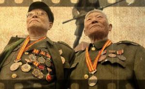 成都籍远征军埋骨滇西70年,亲属怀抱家乡土撒在墓前祭奠