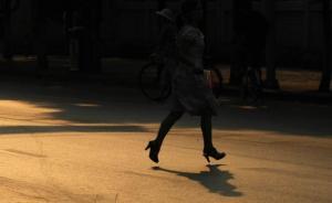 时髦女郎乱穿马路被拦停,脱下高跟鞋砸伤民警被判拘役6个月