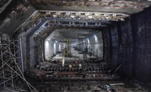 7月5日,施工人员在港珠澳大桥海底隧道最终接头处施工。港珠澳大桥建成后将成为世界最长的跨海大桥。其中,工程量最大、技术难度最高的是长约29.6公里的桥—岛—隧集群的主体工程。视觉中国 图