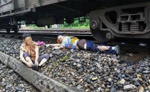 老太横穿铁轨,值班员跳车救人腿被碾断