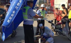 """河北廊坊:高温街头老人晕倒,交警扛""""大号遮阳伞""""为其遮荫"""