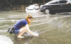 暖闻丨成都一女孩雨中光脚清理下水道垃圾,网友点赞正能量
