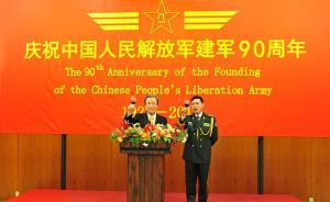 当地时间2017年7月25日晚,中国驻日本大使馆举行招待会,庆祝中国人民解放军建军90周年。图为程永华大使(左)与徐新华武官举杯向来宾致谢。视觉中国 图