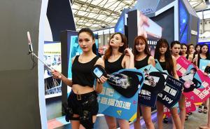 """7月27日, 第十五届ChinaJoy在上海新国际博览中心举行。ChinaJoy全称是""""中国国际数码互动娱乐产品及技术应用博览会"""",是继美国E3展、日本东京电玩展之后的又一同类型互动娱乐大展,尤以网络游戏为主,每年举办一届。图为参展商Showgirl准备上台表演。东方IC 图   责任编辑 李晶昀"""