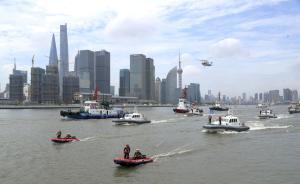 2017年8月2日,上海举行2017年度黄浦江观光游轮碰撞事故市级综合演练。演练按照今年修订颁布的《上海海上搜救应急预案》,模拟海上突发事件应急处置全过程,包括船舶碰撞、人员落水、人员转移、伤员急救、船舶失控、污染预控共6个科目,共有各类船艇20艘、直升机3架,参演人员500余人参加演练。 视觉中国 图