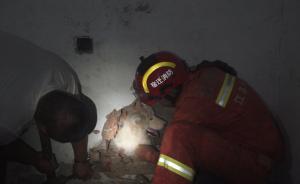 萨摩耶卡墙缝:太胖出不来,消防凿墙救