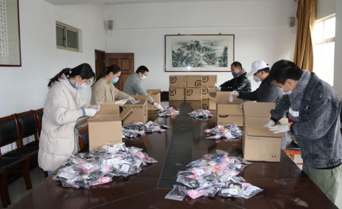 南京中醫藥一群留校大學生制作2000枚中藥香囊寄抗疫一線