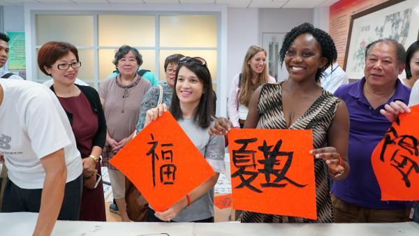 外国青年汉学家走进上海老年人的文化生活