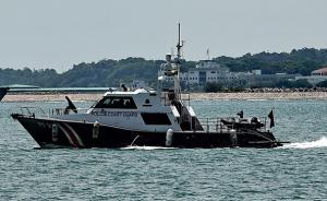 载有11名中国籍船员挖沙船在新加坡海域倾覆,4人失踪