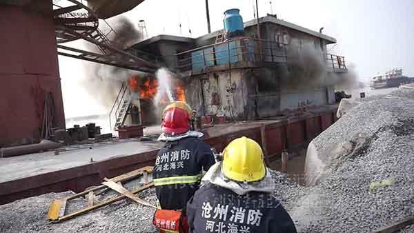 沧州吊船起火,现场浓烟滚滚
